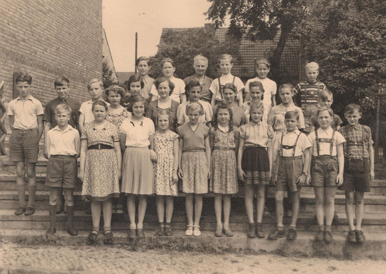 Klassenfoto. 1. Reihe, 5. von rechts.