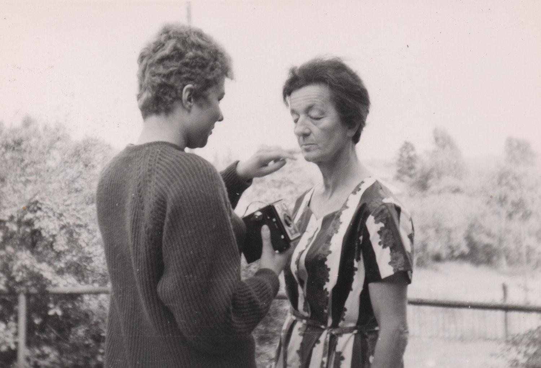 Mutter und Tochter im Garten, 1963.