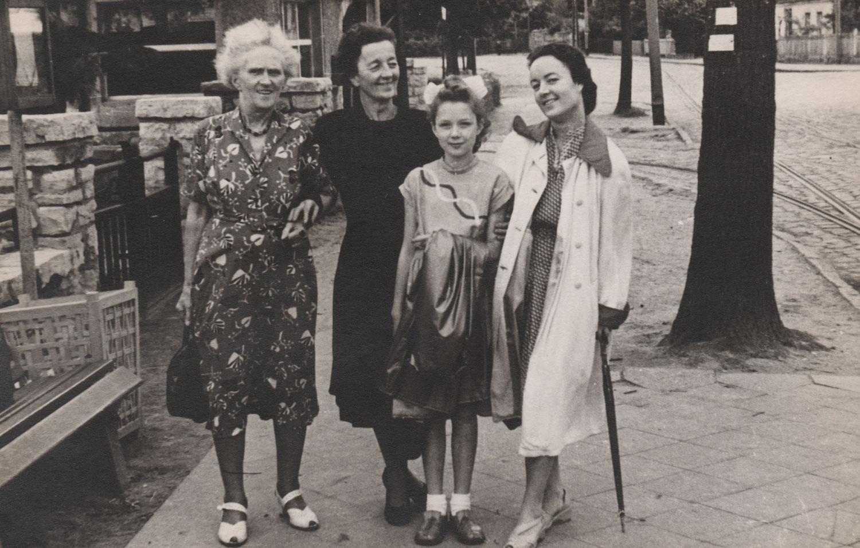 Zeichen der Trauer: Ihre Mutter (2.v.l.) trägt lange Zeit nur Schwarz.