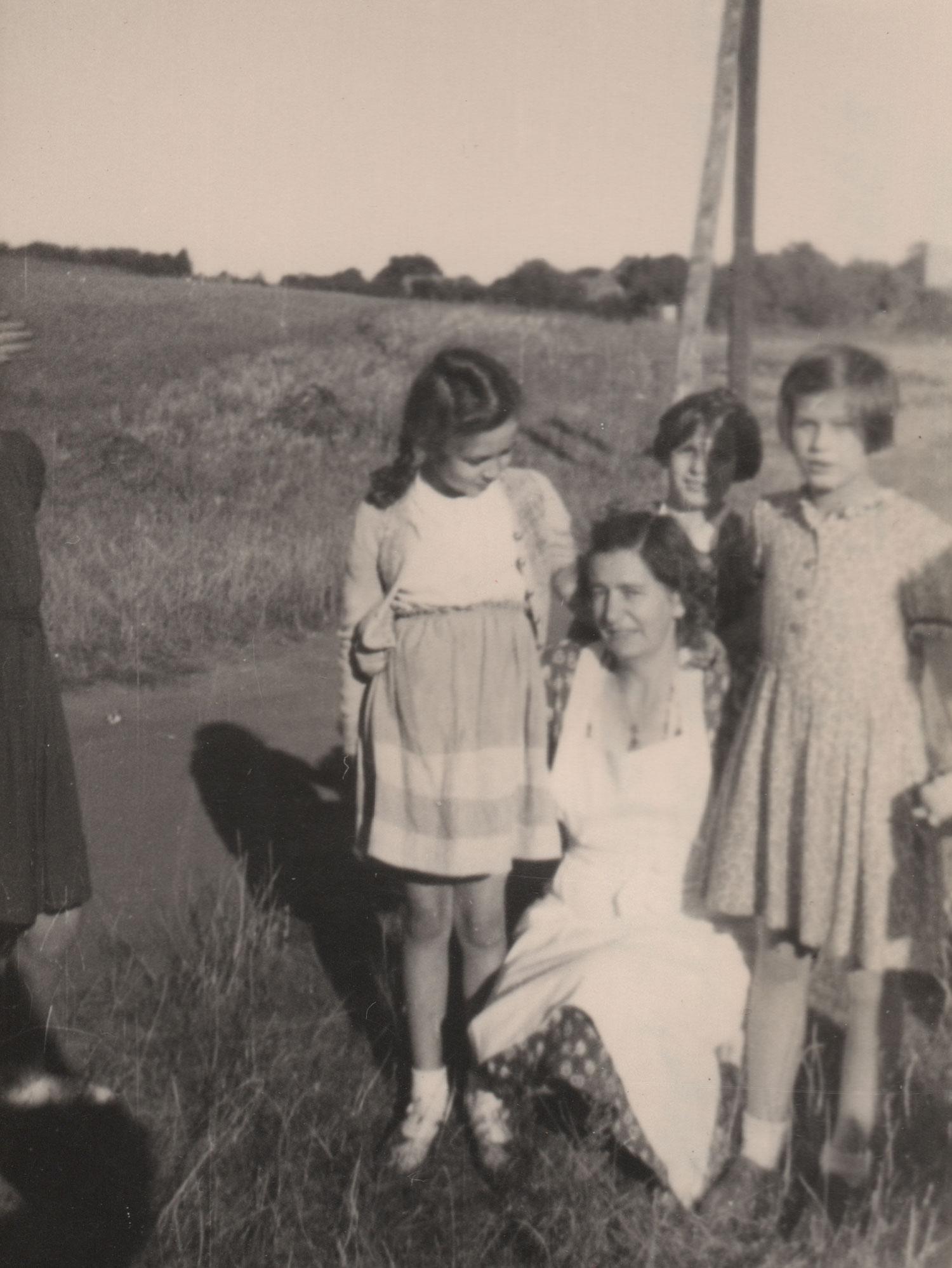 Ein Kleid-ein Jahrzehnt. Frau Jänisch-Strempler mit 11 Jahren.