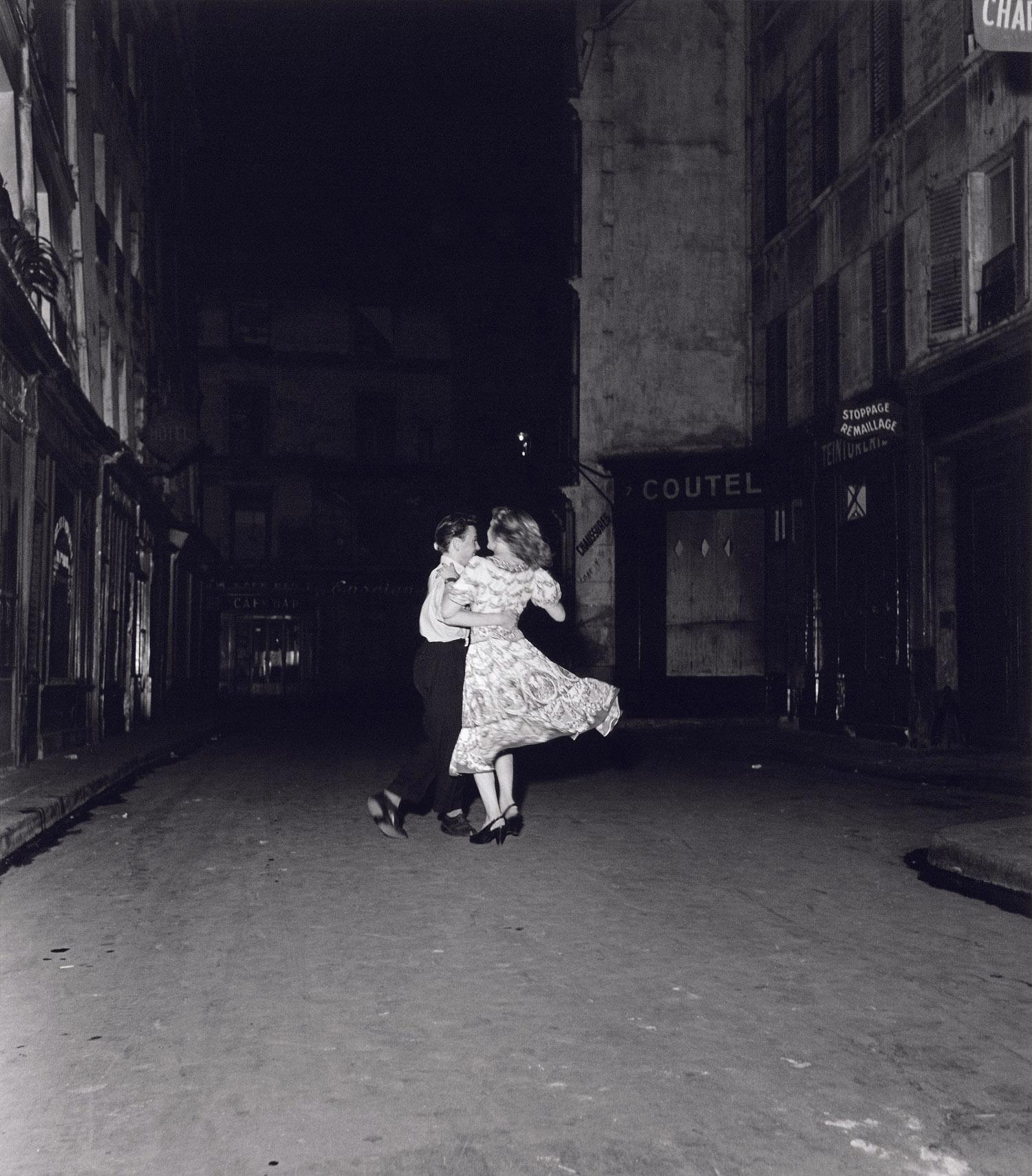 Robert-Doisneau-La-derniere-valse-du-14-juillet-Paris-1949-c-Robert-Doisneau-copie